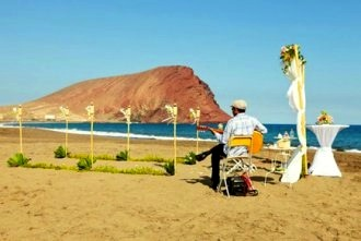 beach-wedding-guitarist
