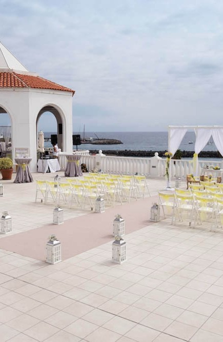 top-venue-10-wedding-with-yellow decoration-over-nice-and-wide-terrace (1)
